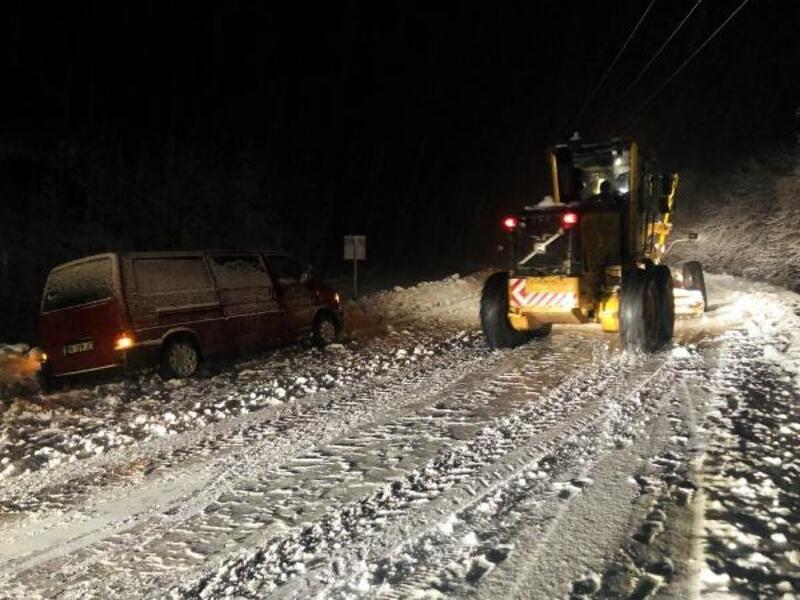 Zonguldak'ta etkili olan kar nedeniyle araçlar yolda kaldı