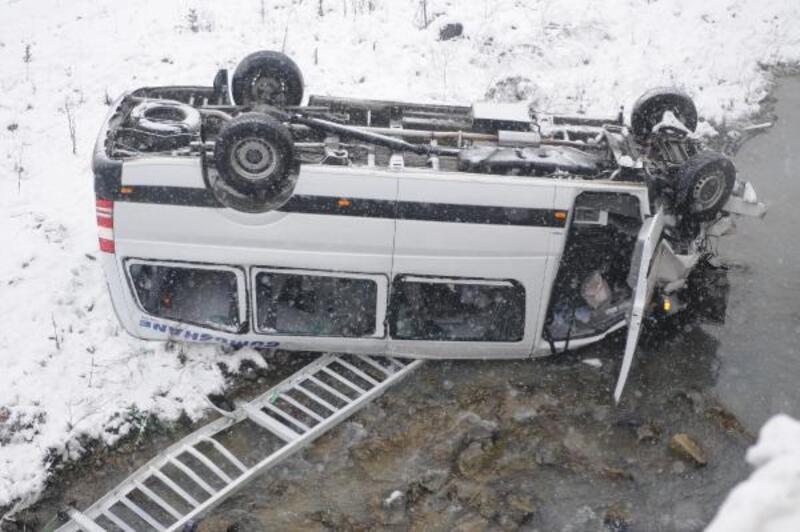 Trabzon'da minibüs dereye uçtu: 15 yaralı