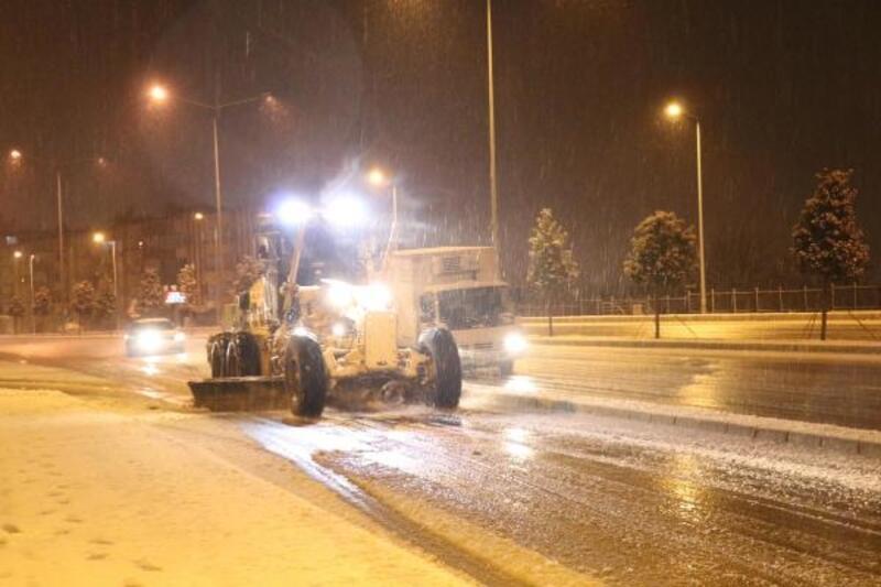 Denizli-Antalya yolunda, 'kar' nedeniyle ulaşım durma noktasına geldi