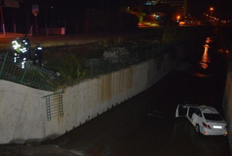 Otomobil atık su kanalına uçtu, sürücü yaralandı