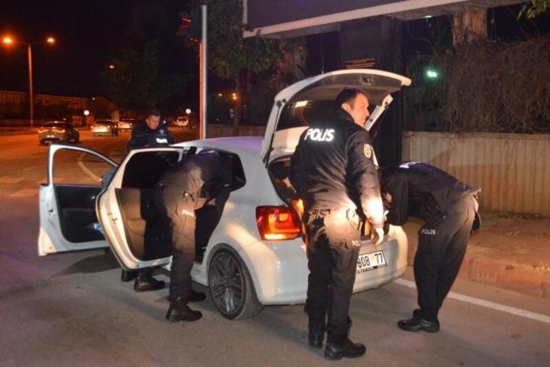 Otomobilini polislerin üzerine sürdü, üzerinden ağabeyinin ehliyeti çıktı