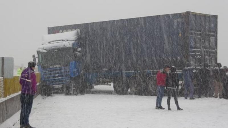 Bolu Dağı'nda TIR kayarak yolu kapattı; araç geçişlerine izin verilmiyor
