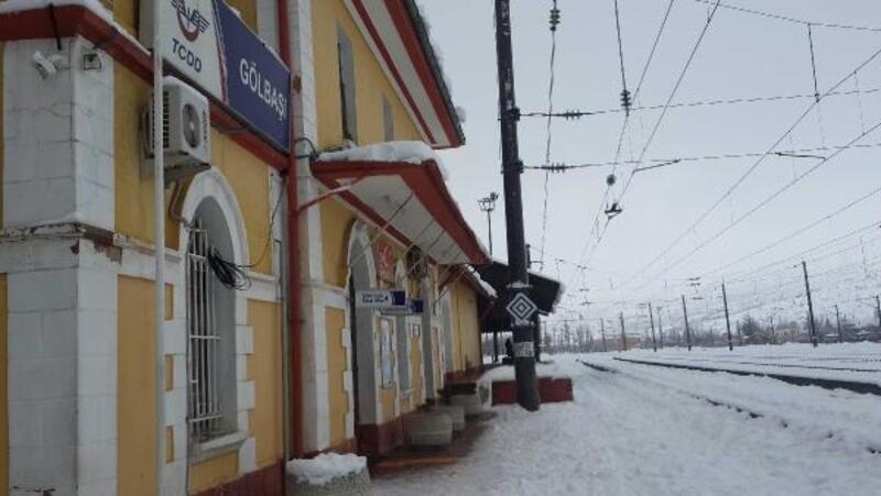 Kayalar yolcu trenine düştü,2 kişi yaralandı