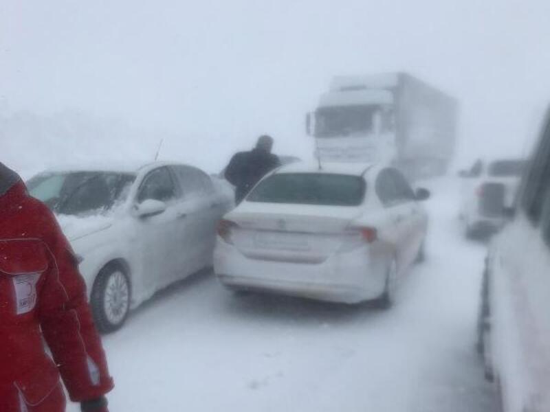 Kar ve tipi nedeniyle Sivas-Erzincan yolu ulaşıma kapandı