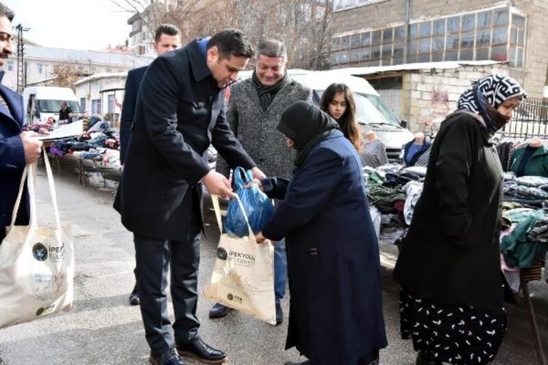 Van'da vatandaşlara 30 bin bez torba dağıtıldı