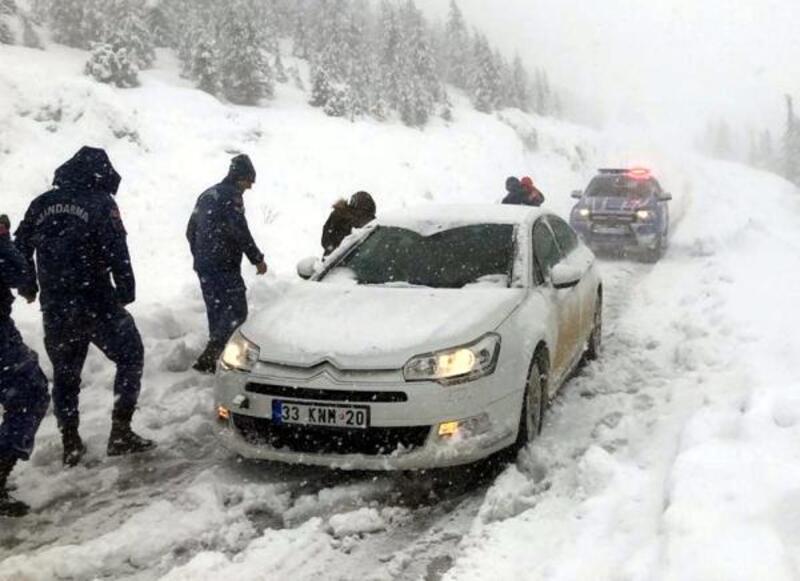 Karda mahsur kalan anne ve bebeğini jandarma kurtardı