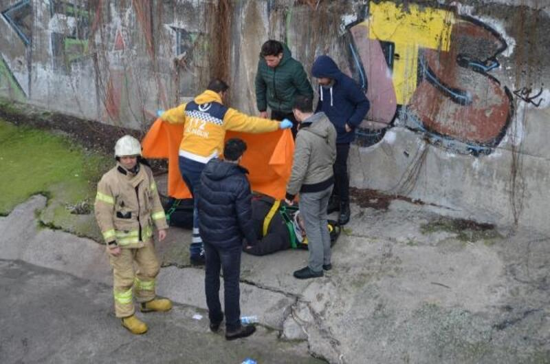 Zeytinburnu'nda virajı alamayan otomobil dereye uçtu: 1 yaralı
