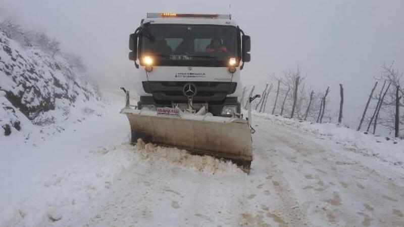 Tire'de kar yolları kapattı