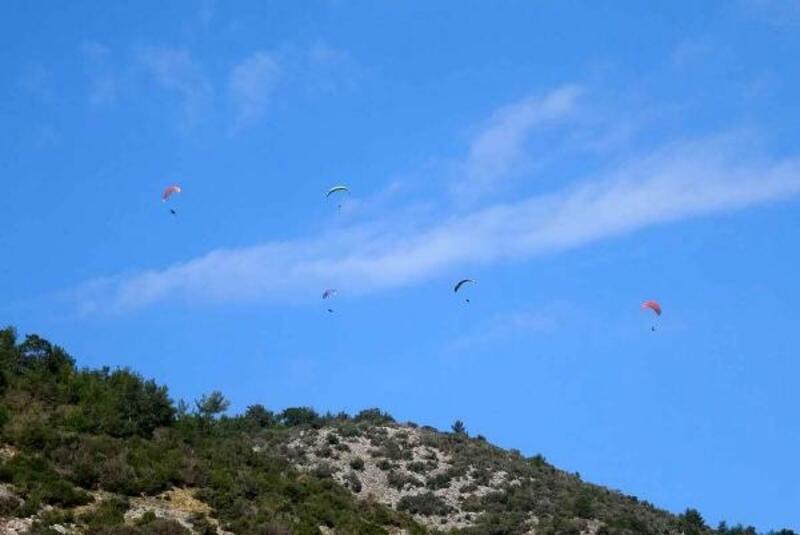 Antik kent üzerinde paraşütlerin dansı