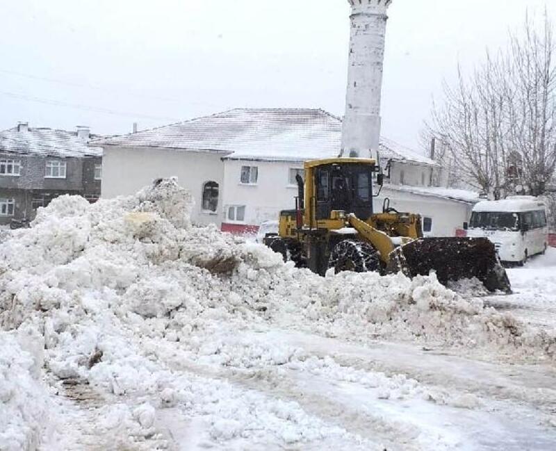 Kardan kapanan 215 köy yolunu açma çalışmaları sürüyor