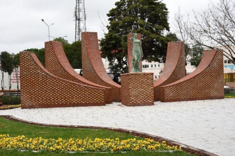 Büyükerşen'in 'Adalet Heykeli' Çanakkale'deki yerini aldı