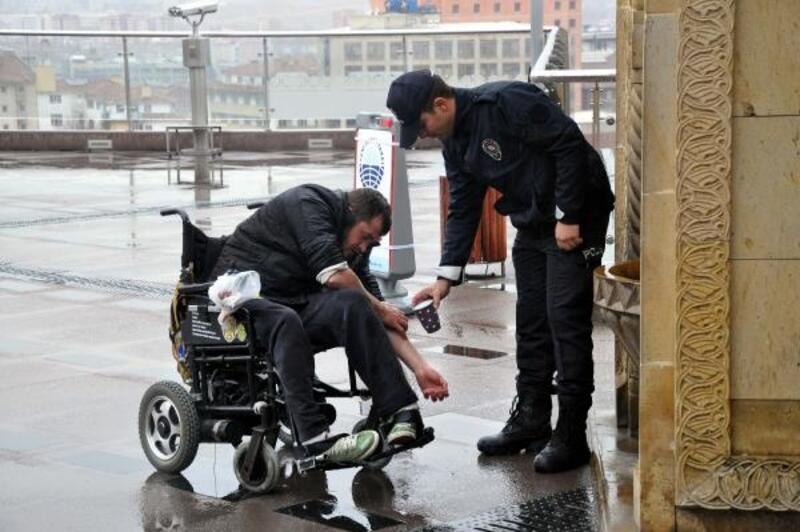 Engellinin abdest almasını sağlayan polise ödül