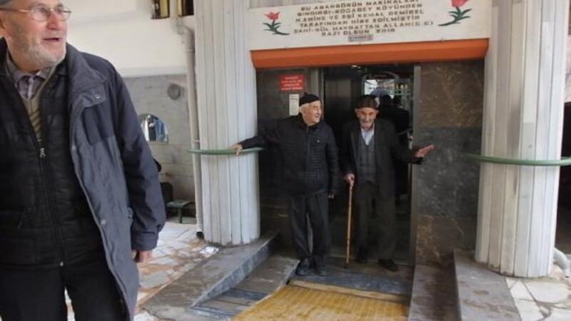 Camiye asansörle çıkıyorlar