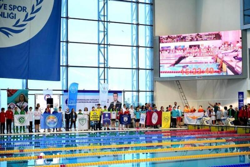 Karşıyakalı yüzücülerden 8 madalya