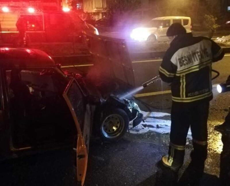 Besni'de kaldırıma çarpan otomobil alev aldı: 2 yaralı