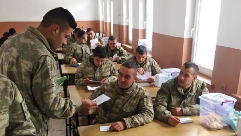 Küçük öğrencilerin yazdığı mektuplar askerlere ulaştı