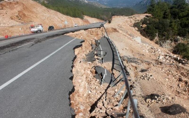 Heyelan olan yolun girişi ve çıkışı dubayla kapatıldı