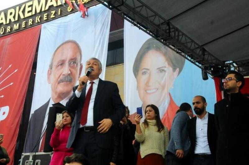 CHP'li başkan adayı, Akşener'in fotoğrafının önünde ilk mitingini yaptı