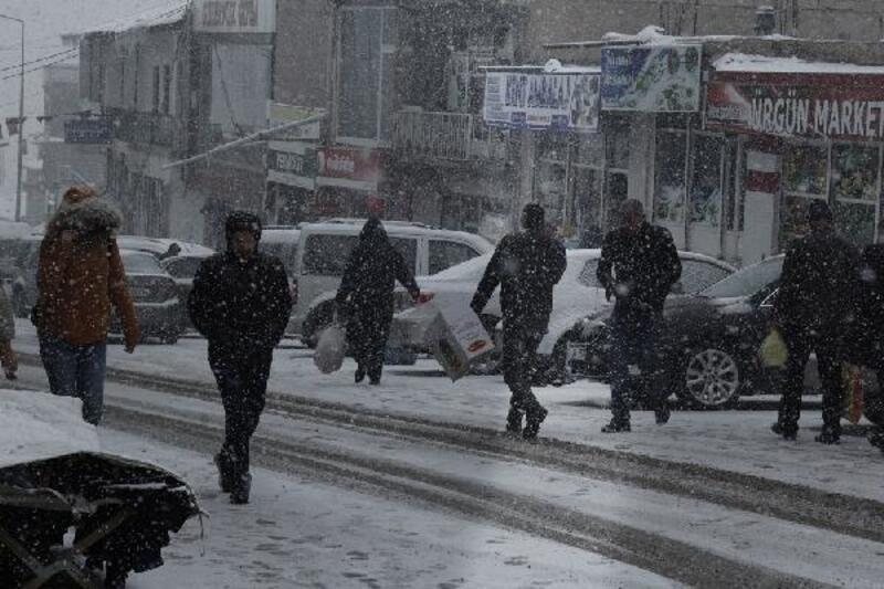 Başkale'de yoğun kar yağışı