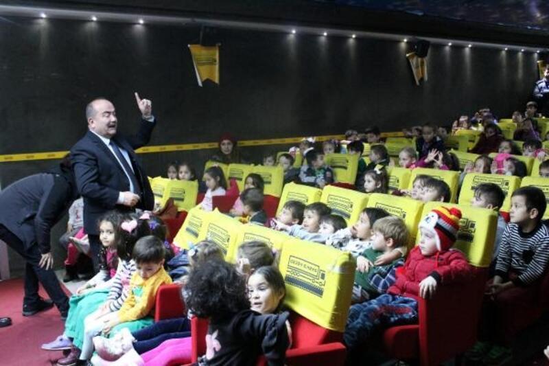 Mengenli çocuklar 'gezen sinema' ile ilk kez sinemaya heyecanı yaşadı