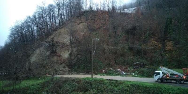 Gölcük'te heyelan; yol kapandı, elektrik telleri koptu