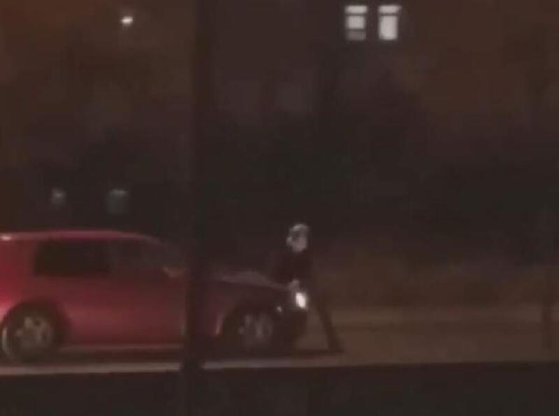 Otomobili kadının üzerine sürdü, büyük tepki gördü