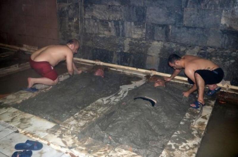 45 derece sıcaklıktaki çamur banyosunda şifa arıyorlar