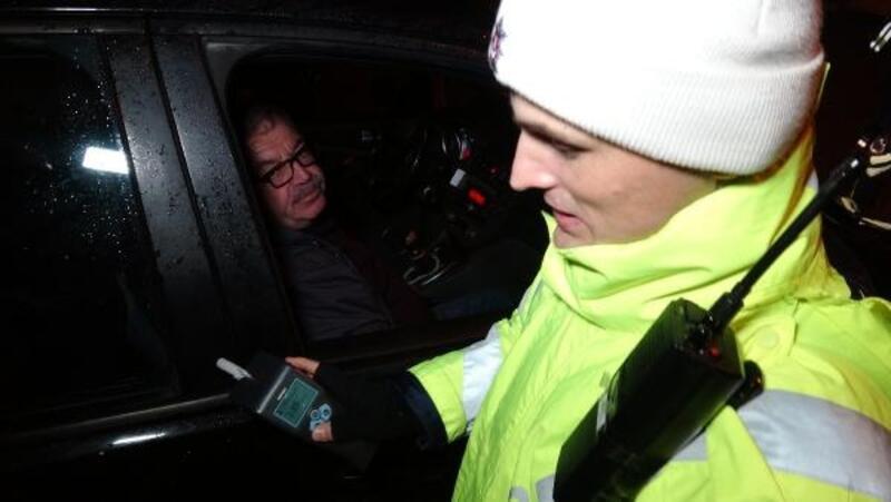 Alkollü yakalandı, denetim sözü alınca polise sarıldı