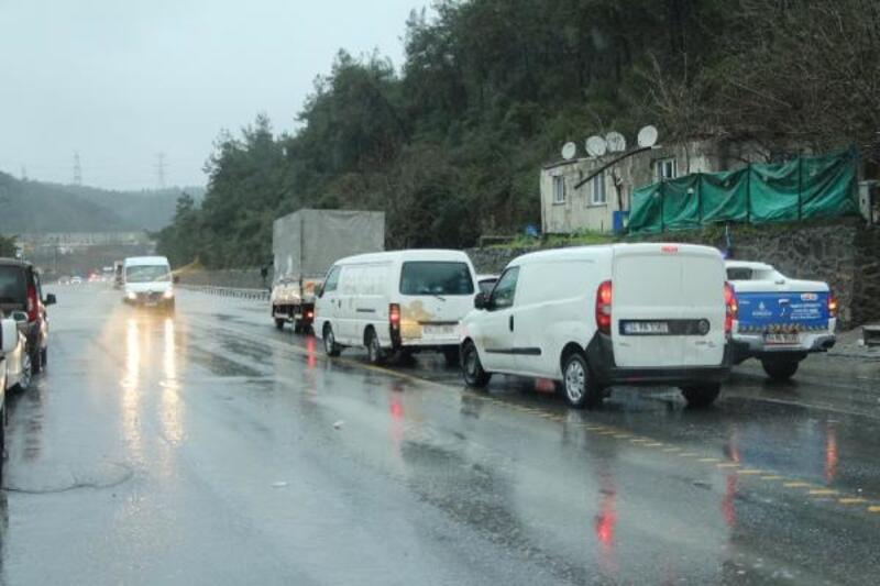 Ayazağa'da su baskını nedeniyle yol trafiğe kapandı