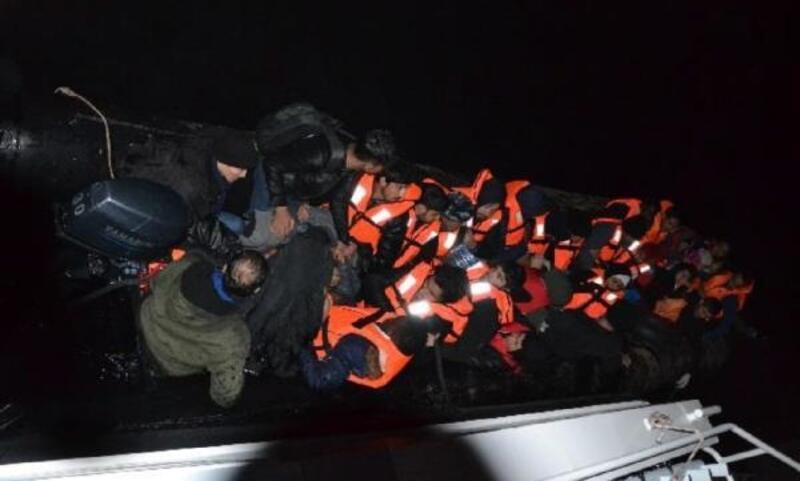 Edirne'de lastik botta 30 kaçak göçmen yakalandı