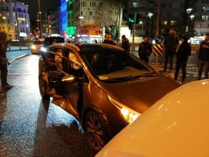 Fatih'te minibüs ile otomobilin çarpıştığı kazada biri hamile 4 yaralı