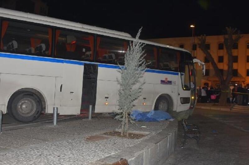 Servis otobüsü yayaların arasına daldı: 1 ölü, 2 yaralı