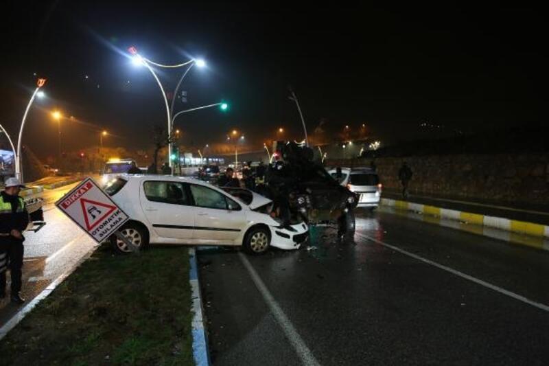 Tunceli'de zırhlı polis aracı, 2 otomobile çarptı