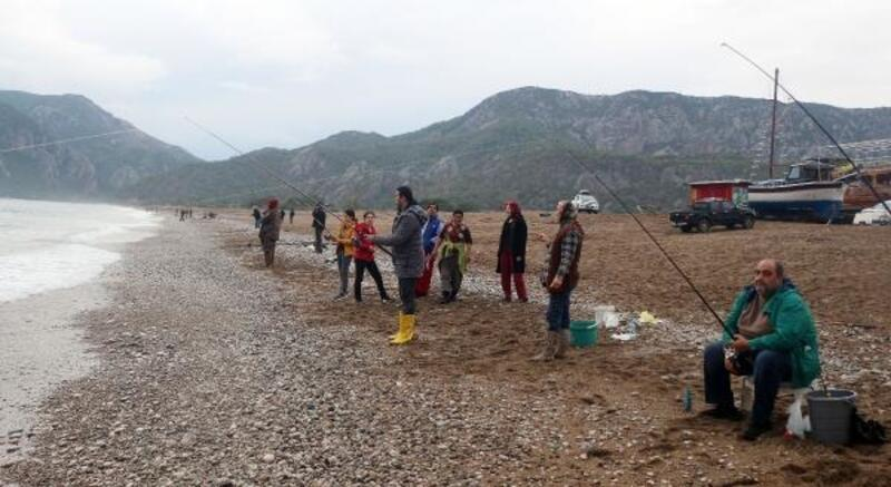 Şiddetli yağmur ve rüzgar balık çiftliğini vurdu, olta balıkçıları sevindi