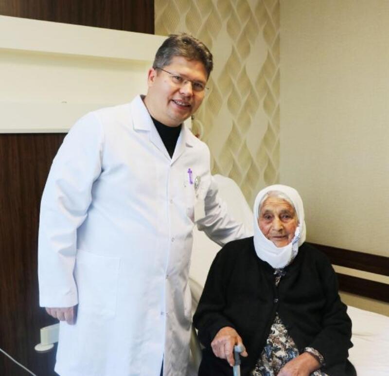 Asırlık Ayşe ninenin safra kesesindeki taş ameliyatla alındı