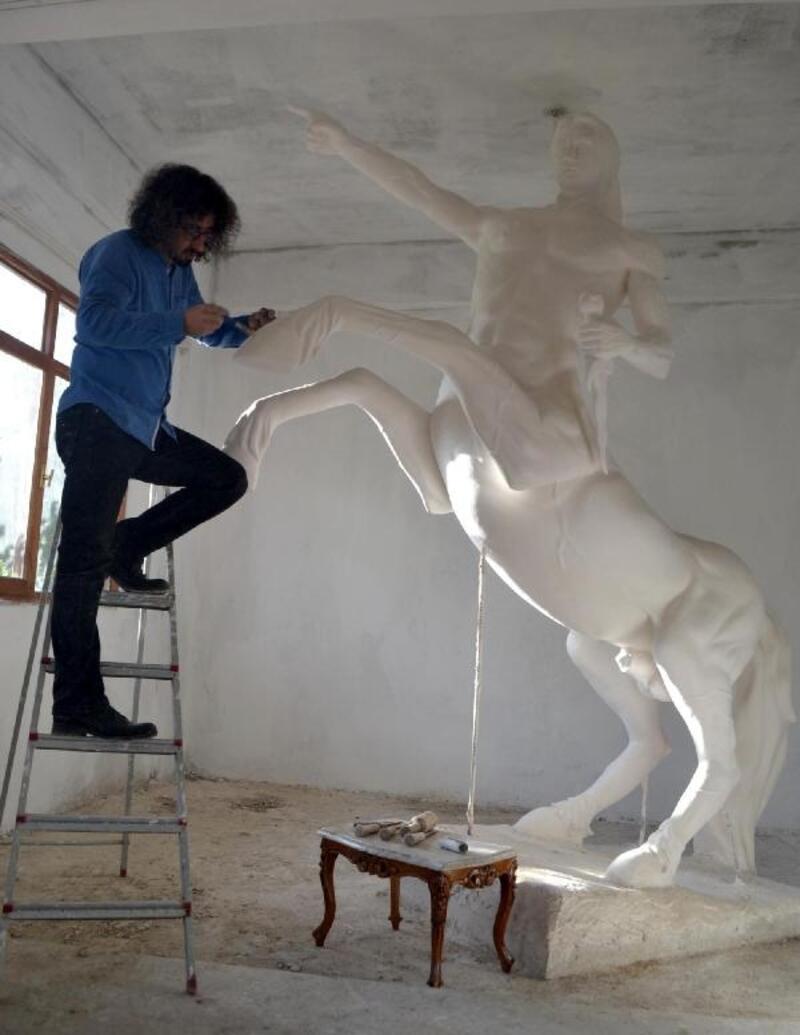 Salihlili öğretmen, Katar Emiri için sentor heykeli yaptı