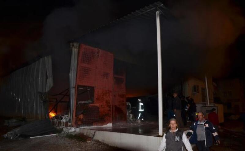 Serik'te depo yangını