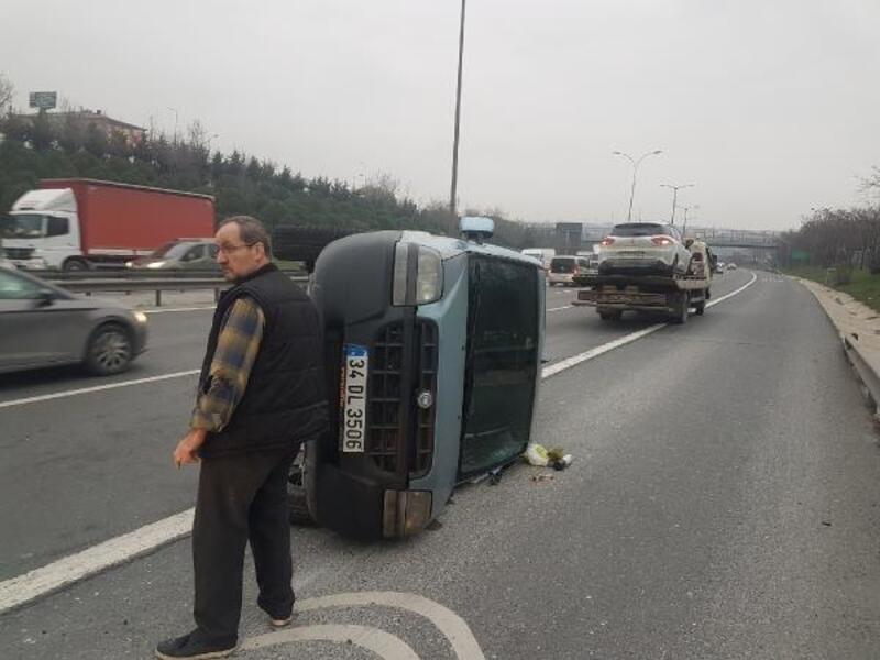 TEM'de makas atan otomobil yüzünden kaza yapan araç devrildi; trafik kilitlendi