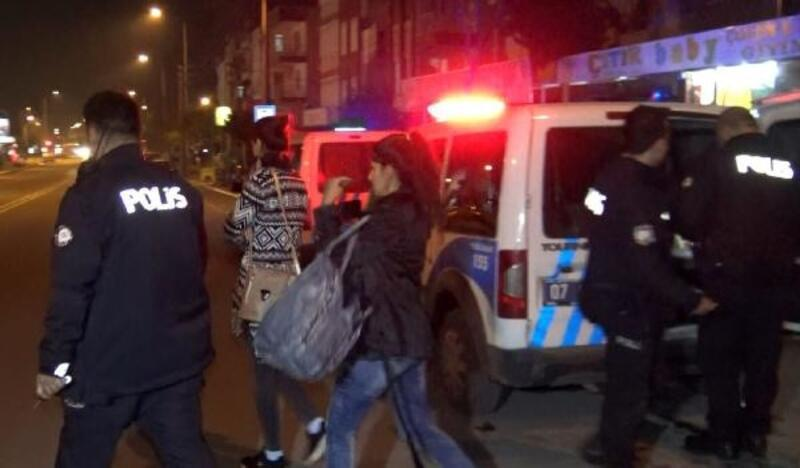Çaldıkları altınları polis kovalamacasında yola attılar