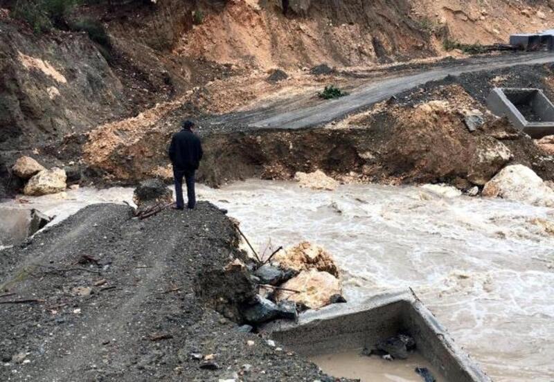 Aşırı yağışlar menfez köprüyü ikinci kez yıktı