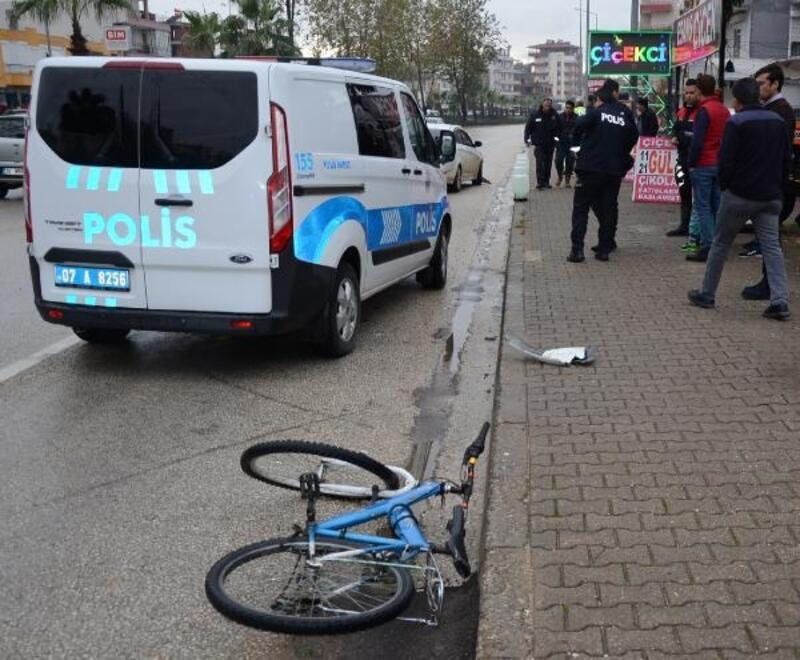 Bisikletine otomobil çarpan çocuk öldü