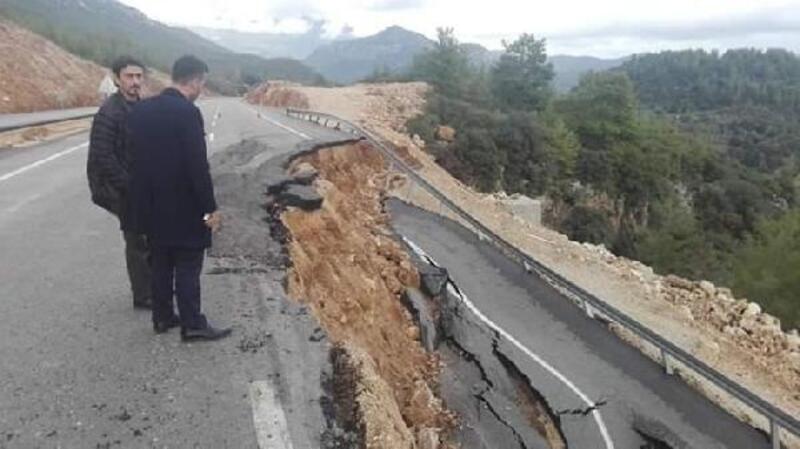 Kumluca'da, yağış sonrası yolda heyelan