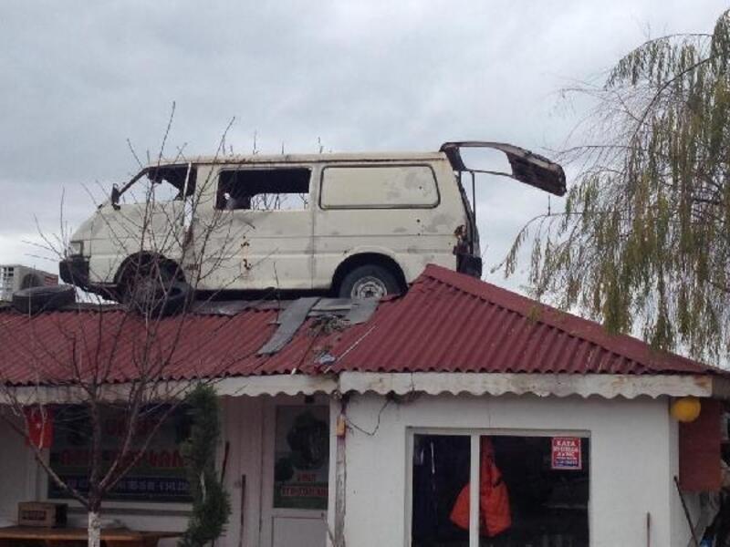 Hurdaya vermeye gönlü razı olmadı, minibüsünü ofisin çatısına koydu