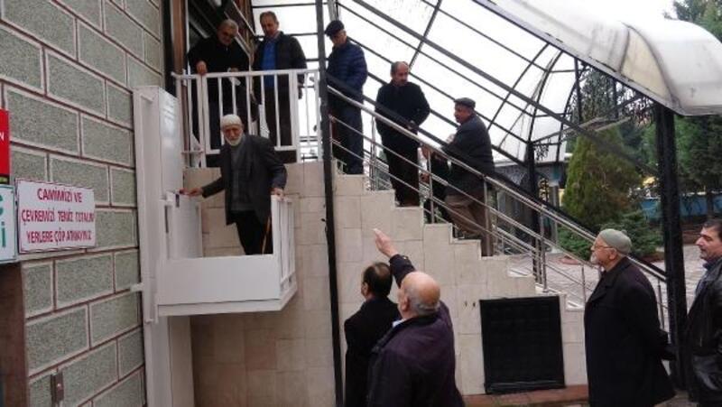 Cami merdivenlerini çıkamayan yaşlı ve engelliler için asansör