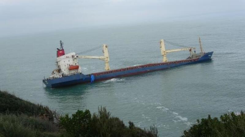 Şile'de kıyıya oturan gemi kurtarılmayı bekliyor