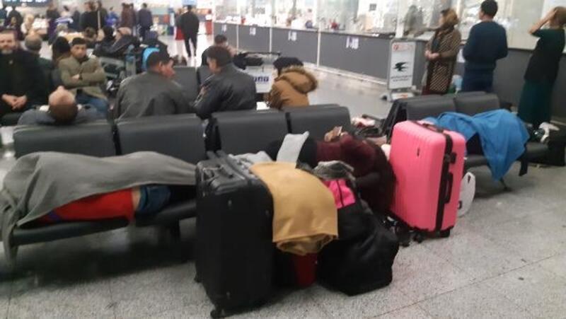 Kolombiyalı dansçılar 12 gündür havalimanında yaşıyor