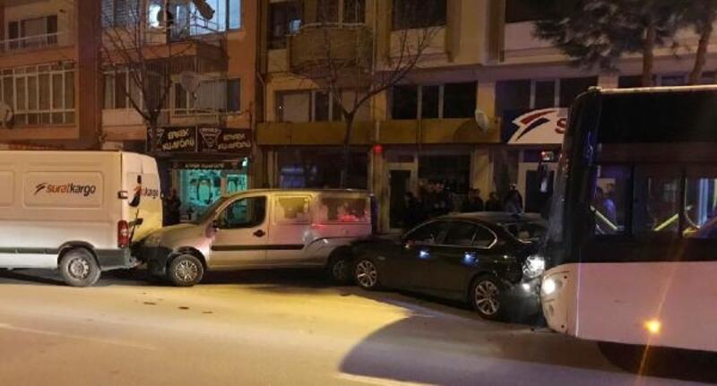 Otobüs park halindeki araçlara çarptı