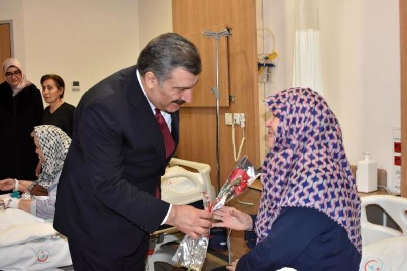 Sağlık Bakanı Koca hastaları ziyaret etti