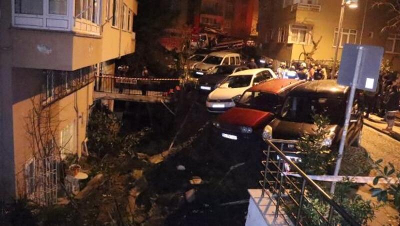 Beşiktaş'ta duvar çöktü, araçlar askıda kaldı