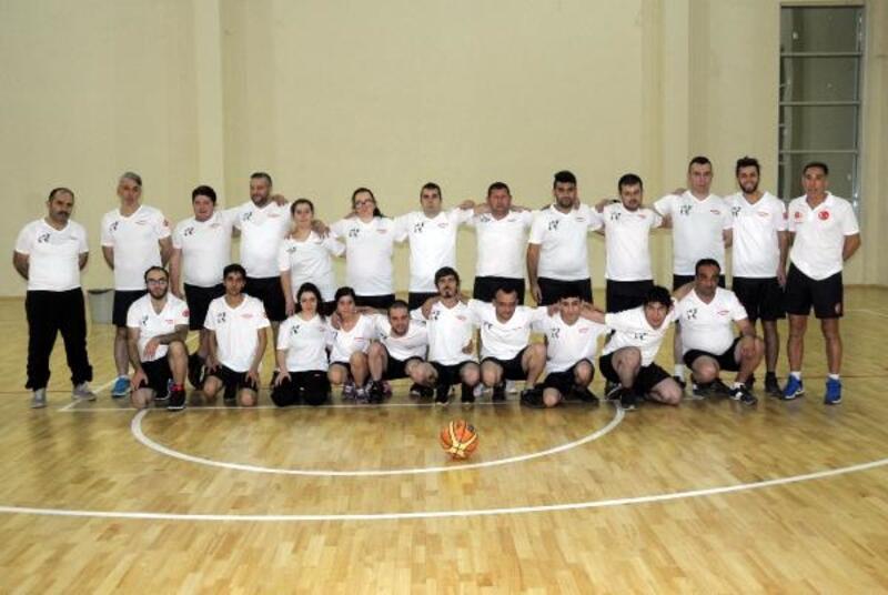 Özel öğrencilerin hayatlarına basketbol kursuyla dokunuyor